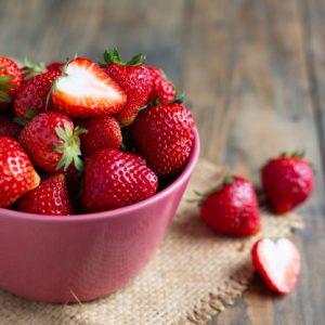 verse-aardbeien-op-houten-tafel